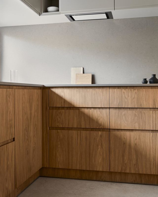 Warm Natural Oak is highlighted with the straight lines of the Blade handle in the front structure and enriched with pure sandy fronts. The result is a minimalist and elegant kitchen. Created to soothe the senses.  Explore more at FROPT Journal. Link in bio.